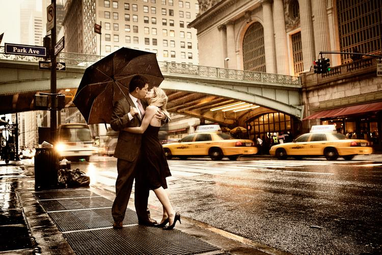 couple-kissing-romantic-new-york-city